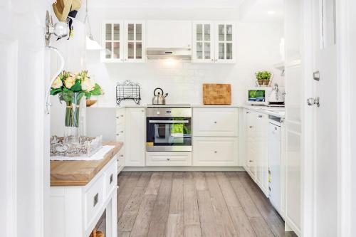 A kitchen or kitchenette at Red Gum Cottage