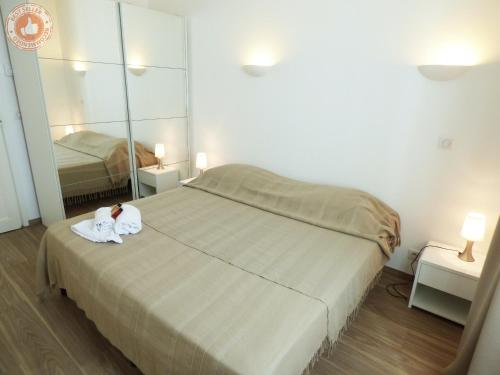 A bed or beds in a room at Cannes Croisette ALC 16 Commandant Vidal