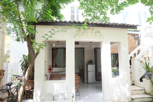 Moon house tropical garden - East side