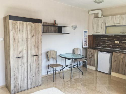 A kitchen or kitchenette at Tiny One Apartment
