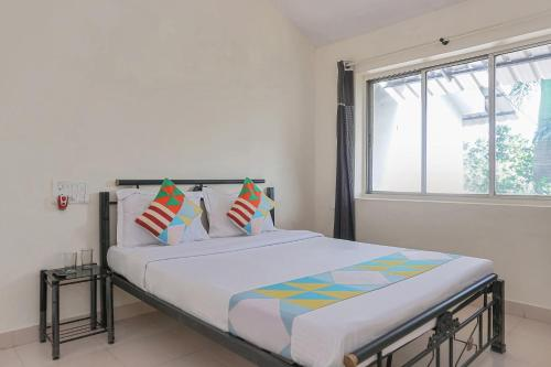 A bed or beds in a room at Well-Equipped 1BR Stay in Lonavala