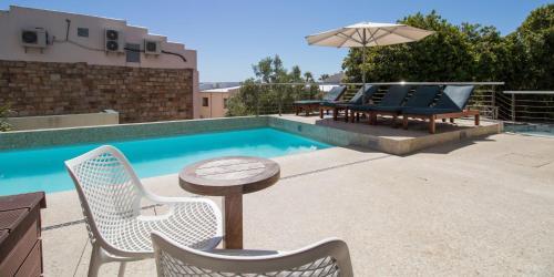 Der Swimmingpool an oder in der Nähe von Camps Bay Village Apartments
