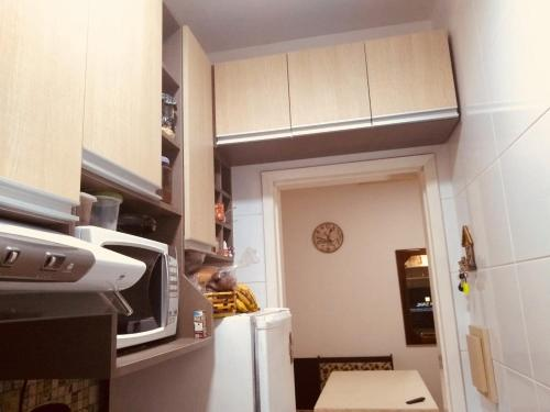 A kitchen or kitchenette at Apartamento Prainha