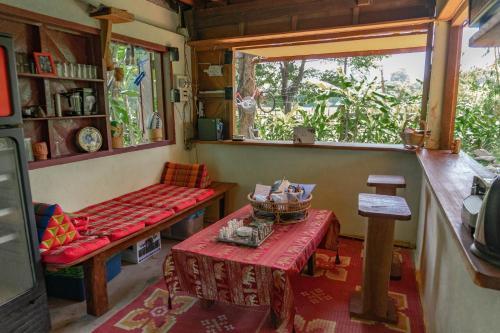 Un restaurante o sitio para comer en Rudi Mental Holiday Lodge