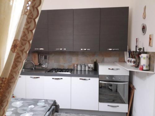 Ett kök eller pentry på Tulip & Lotus Apartments