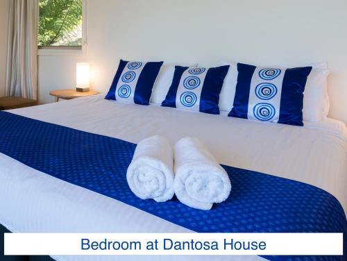 A bed or beds in a room at Dantosa Blue Mountains Retreat