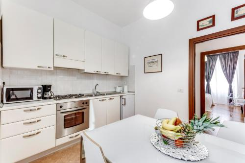 A kitchen or kitchenette at Charming 6 guests flat 10 minutes from Vatican