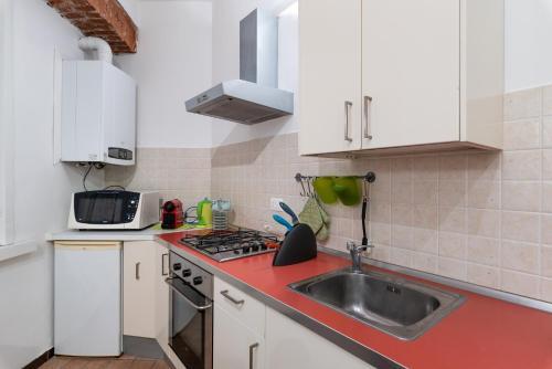 A kitchen or kitchenette at Shortstays Glamour Darsena