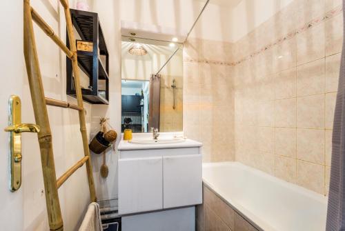 Een badkamer bij A spacious flat in Buttes Chaumont!