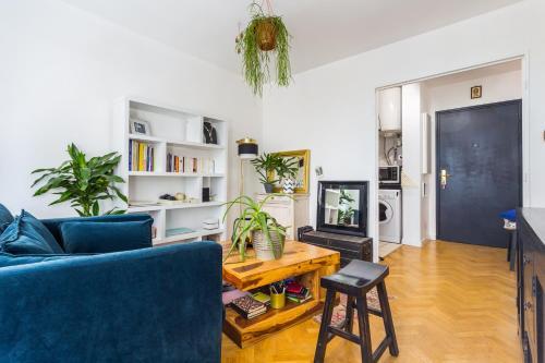Een zitgedeelte bij A spacious flat in Buttes Chaumont!