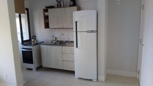 Una cocina o zona de cocina en Apartamento Condomínio Praia do Santinho