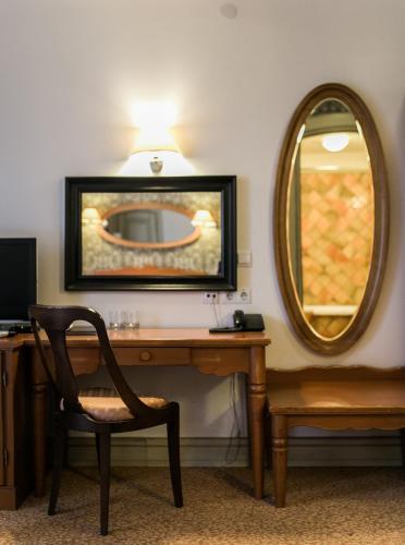 Телевизор и/или развлекательный центр в Отель Усадьба