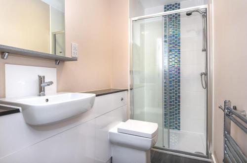 A bathroom at Magna House Serviced Apartments