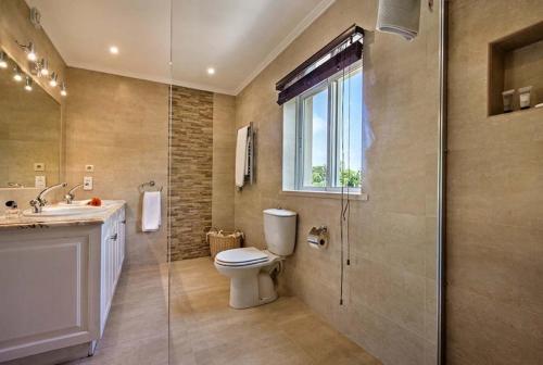 A bathroom at Quinta do Lago Villa Sleeps 10 Pool Air Con T479956