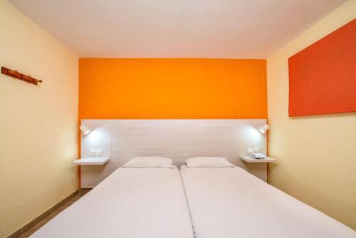 Een bed of bedden in een kamer bij Apartamentos Morasol