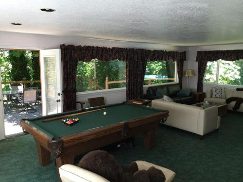 A billiards table at Quiet & Cozy River Retreat in Wine Country