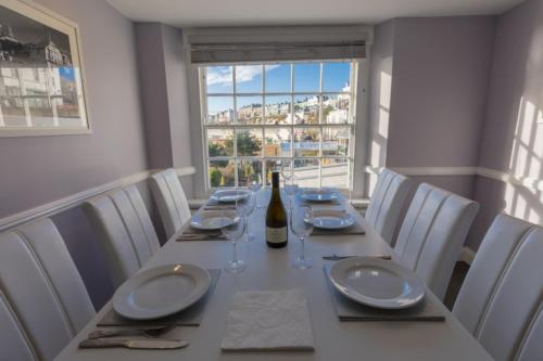 A restaurant or other place to eat at Barker Luxury Apartment, breathtaking sea views.