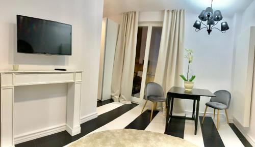 A television and/or entertainment centre at D&M Apart Suraska 4
