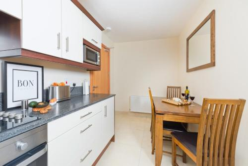 A kitchen or kitchenette at Five Lamps Suites