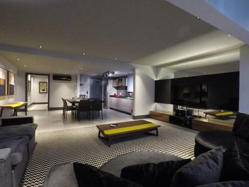 Uma área de estar em Apartamento Conceito Barra Sul