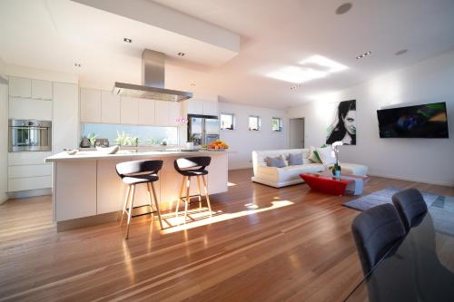 A kitchen or kitchenette at Surfers Paradise Holiday House