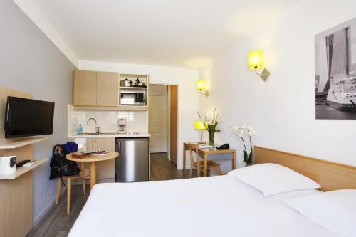 Télévision ou salle de divertissement dans l'établissement Aparthotel Adagio Access Marseille Prado Périer