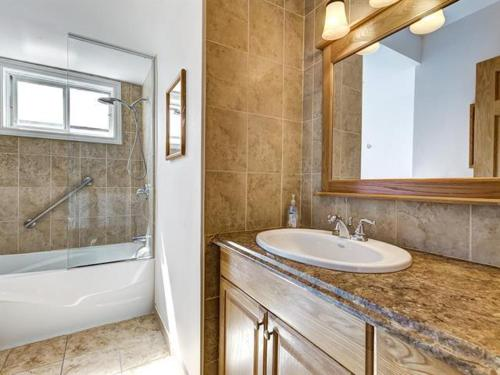 A bathroom at Beautiful 3BDR APT Next to Airport - 20 min to Downtown