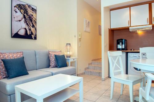 A seating area at Studio Promenade du Paillon