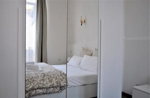 Een bed of bedden in een kamer bij Exclusive Zanobi Apartment
