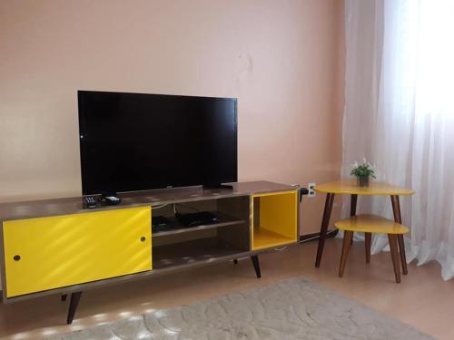 A television and/or entertainment centre at Apartamento Centro Caxias