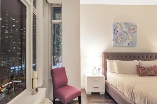 Uma área de estar em Dharma Home Suites JC at Grove Station