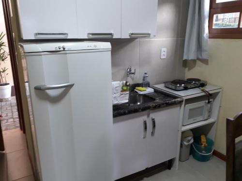 Una cocina o zona de cocina en Beira Mar Jurere kit