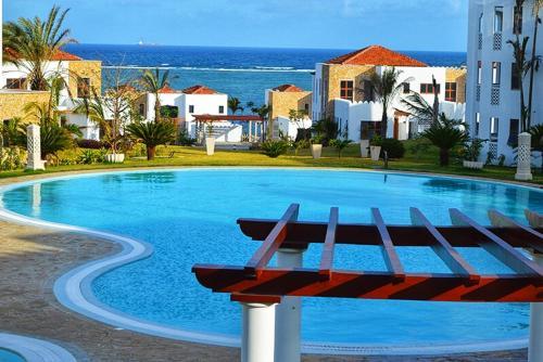 Der Swimmingpool an oder in der Nähe von Sultan Palace Beach Retreat