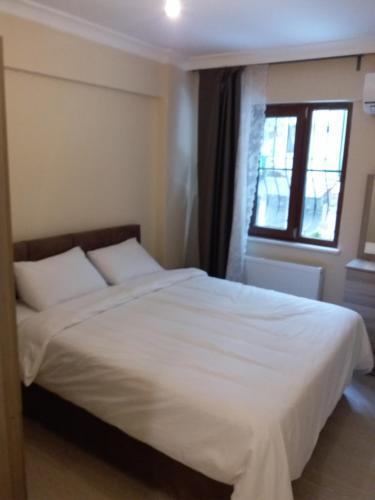سرير أو أسرّة في غرفة في شقق عطاء العائلية