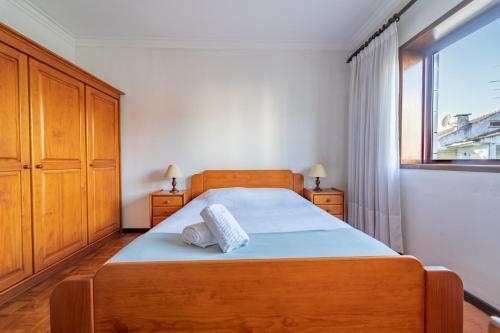 A bed or beds in a room at Vasco da Gama - Praia e Piscina Municipal