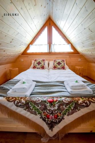 A bed or beds in a room at Sielski Zakątek