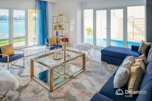 A seating area at Dream Inn - Executive Palm Beach Villa