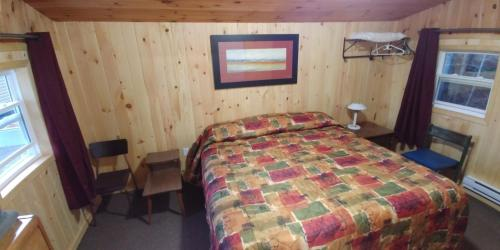 A bed or beds in a room at Millstream Cottages
