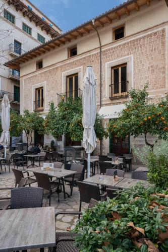 A restaurant or other place to eat at Soller Plaza