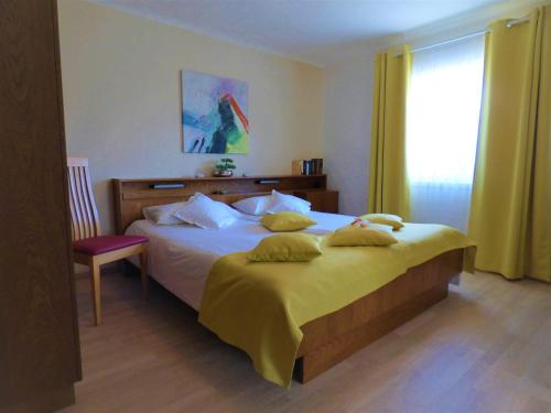 A bed or beds in a room at Haus Thon