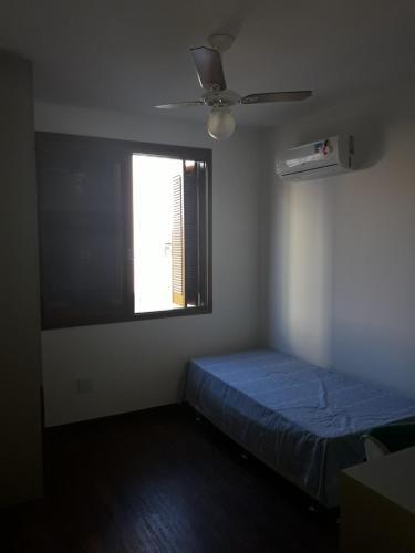 A bed or beds in a room at Cobertura linda