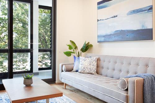 A seating area at CROWS NEST 5 - Hosted by: L'Abode Accommodation