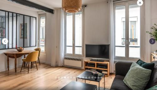 A television and/or entertainment centre at Appartement type loft
