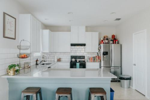 A kitchen or kitchenette at Quirky Modern House >> 10 mins to Downtown <<