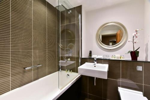 A bathroom at Fraser Suites Glasgow