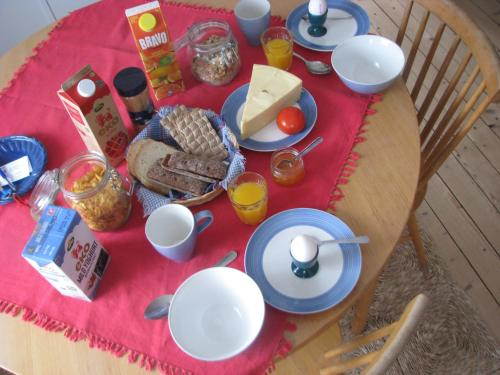 Breakfast options available to guests at Lillåns B&B