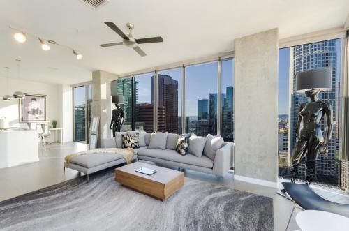 A seating area at Amazing View Top Floor 2 Bed 2 Bath in DTLA