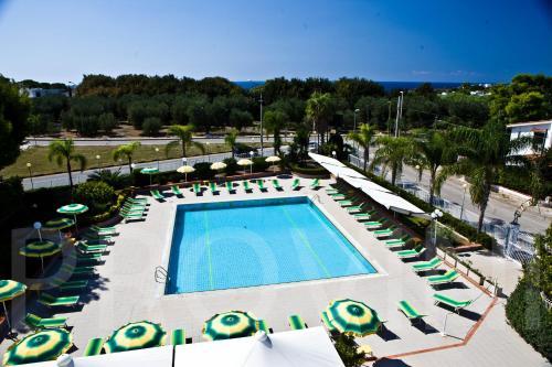 Vista sulla piscina di Residence Atlante o su una piscina nei dintorni