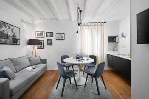A seating area at Irundo Rovinj - Old Town Apartments
