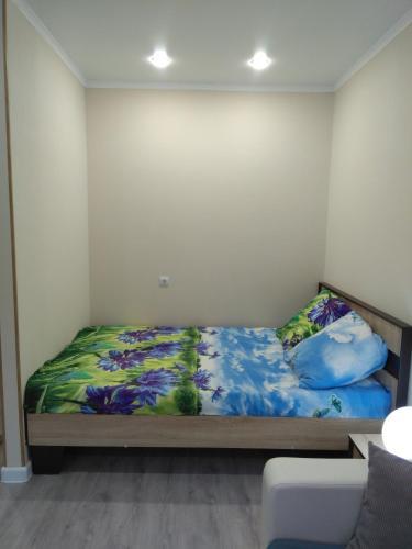 Кровать или кровати в номере Apartment on Bratyev Tkachevykh 9